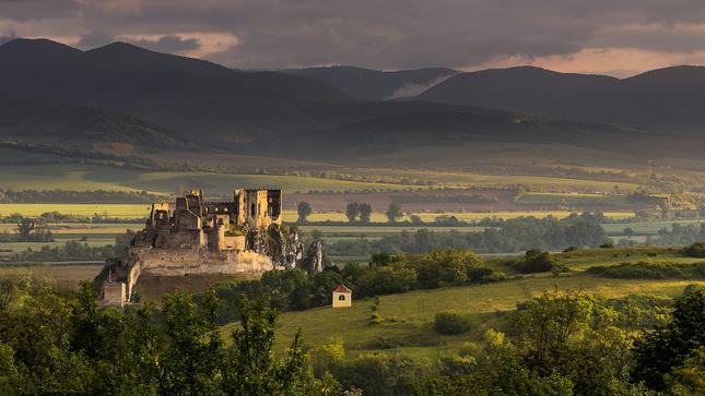 Svitanie na hrade Beckov