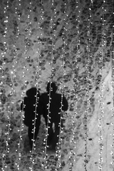 V svetelnom daždi.