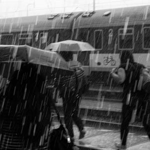 Vlak prichádza v daždi