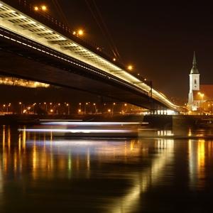 Lodička pláva po Dunaji