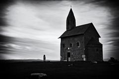 Dvaja pri kaplnke