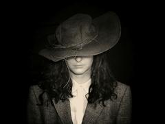 Pod zničeným klobúkom