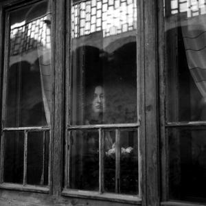 Smútok za tabuľou skla
