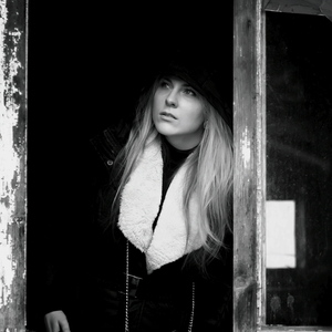 Mladá žena v starom okne