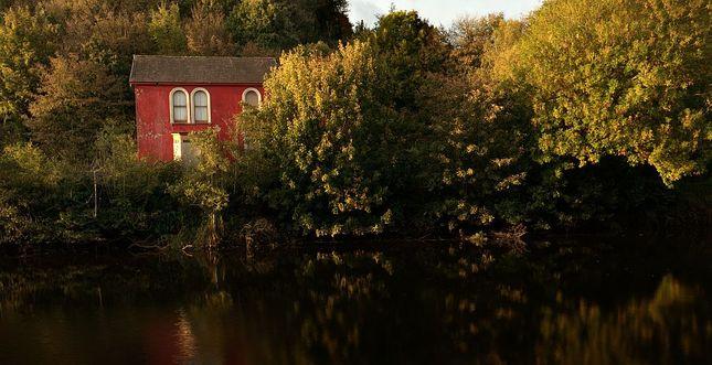 Cerveny dom na brehu rieky Lee