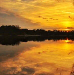 Západ slnka nad jazerom.