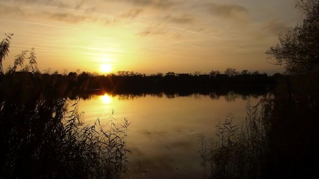 Ked slnko zapada nad jazerom.