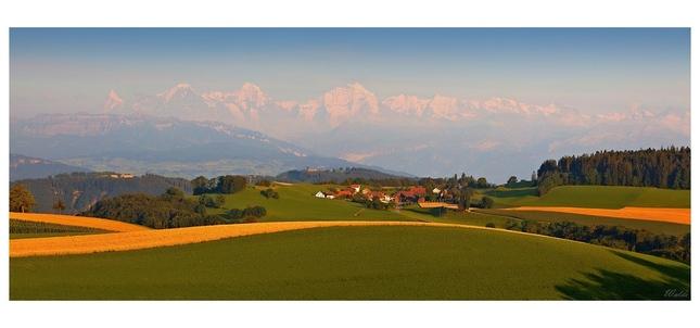 Bernské Alpy v diaľave...