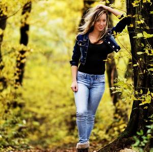 dievčina v lesíku