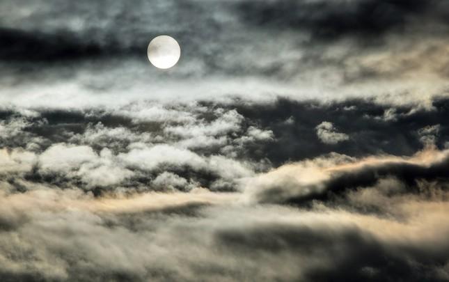 zimné slnko za oblakmi