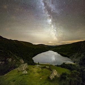 Mliečna draha nad  jazerom
