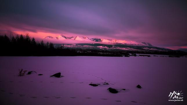 večer na zamrznutom jazere