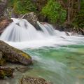 Voda šumí horami