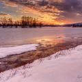 Zimný západ nad jazerom
