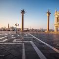 Duchovia na námestí San Marco
