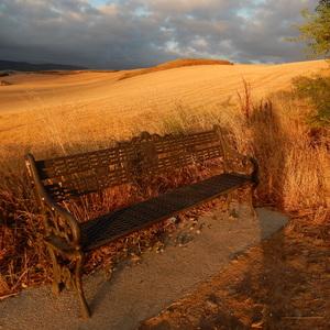Východ slnka nad lavičkou