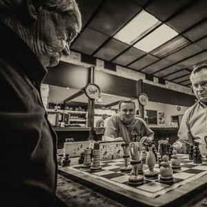Šachovnica na okraji krčmy.