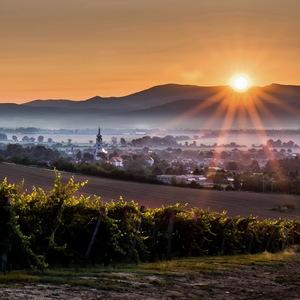 Skoré ráno nad dedinou