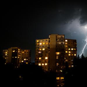 Búrka za hradom