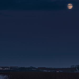 Pomalý západ Mesiaca
