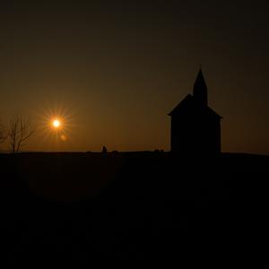 Západ a silueta kostolíka
