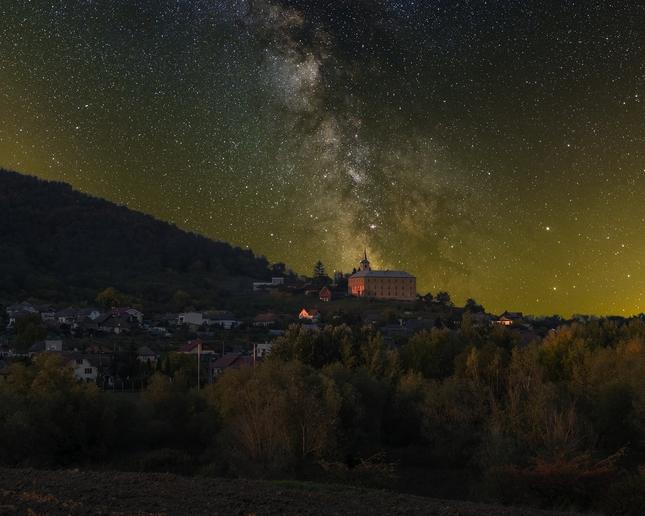 Centrum galaxie nad Kláštorom v
