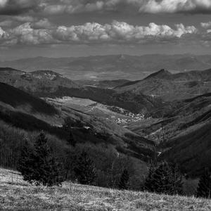 čiernobiely pohľad do doliny