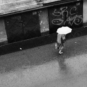 Bosé nohy v daždi