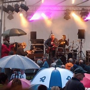 Ulica plná plášťov do dažďa ...