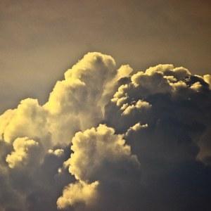 hra tieňov v oblakoch