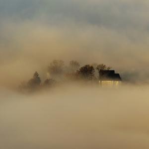 V zajati hmly