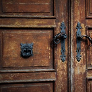 Kostol v Bíni. - dvere kostola..