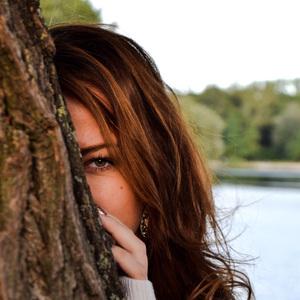 Pohľad spoza stromu