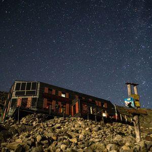 Nočná obloha nad chatou