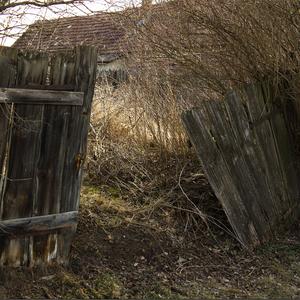 na samote za plotom