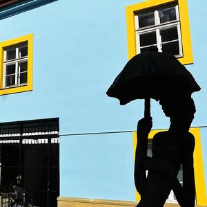 Dievča z dáždnikom