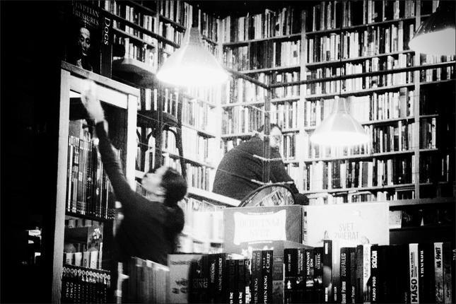 ukrytí v knižnici