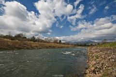 Divoká rieka pod horami.