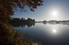 Jesenný kľud nad jazerom.