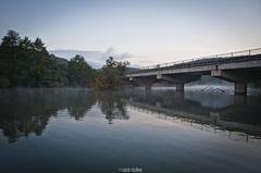 Chladné jesenné ráno pri vode.