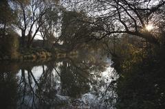 Západ slnka nad riekou.