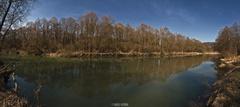 Panorama rieky počas jari.
