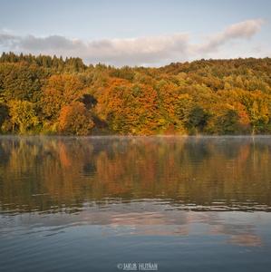 Jeseň nad lesmi priehrady.