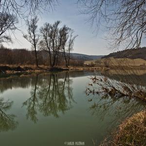 Hladina rieky ako sklo.