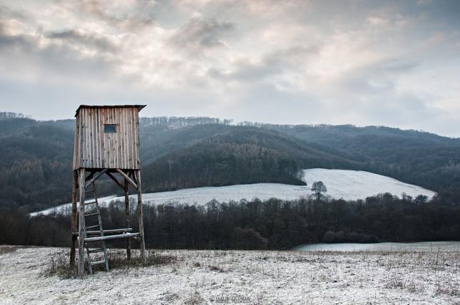 Zimná krajina s posedom okolo.