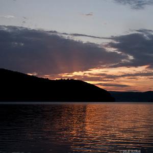 Západ slnka nad priehradou.