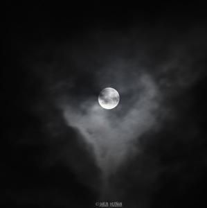 Spln mesiaca vykuká z pod mrakov