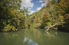 Krásny jesenný deň na rieke.