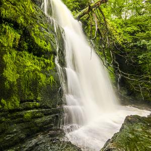 Vodopad pod zelenym kamenom