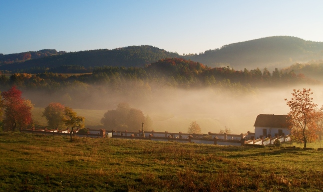 Mlha nad  hřbitůvkem